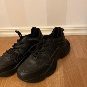 Svarta chunky sneakers från Danny Saucedos kollektion på Nakd. Använda en gång. Normal passform.