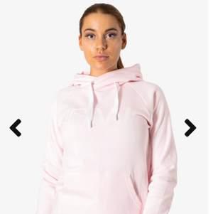 Säljer denna rosa iciw hoodie, i storlek xs. Använd 2 gånger & superfräsch 💪🏽 säljes för 200kr , frakten ingår 💪🏽🥰