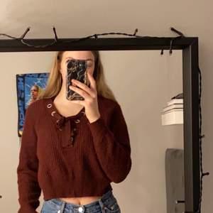 en tröja som jag faktiskt tycker om men använder alldeles för lite. bra skick, lite nopprig men inget som syns. köparen står för frakt vid 1-3 plagg, vid mer än det står jag för frakt.