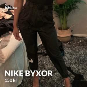 Säljer ett par byxor från NIKE i strl 36