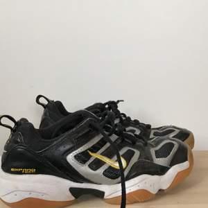 As häftiga Nike sneakers som tyvärr inte kommer till användning. Köpta nya för ungefär 3 månader sen och har använt den 1 gång, och väljer därför att sälja vidare dem. Köparen står för frakt och har ni frågor så är det vara att skriva 💛