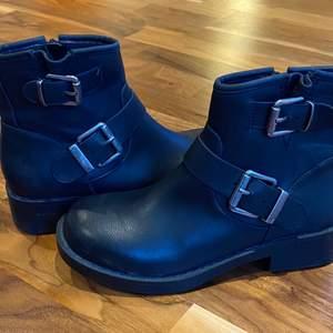 Ett par skor som bara är använda en gång. Dem är från dinsko och är i storlek 36.