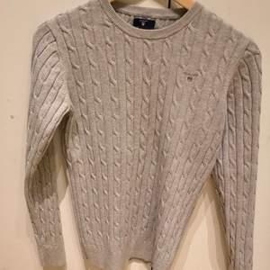 Säljer super fin GANT tröja! Inte fått så stor användinh av den så den är bara använd kanske 3-4 ggr💓 inköpspriset ligger på 1 299 kr. Stl M passar säker S om man gillar lite over sized! Bud från 150kr, slut tiden läggs efter förrsta budet!