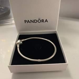 Äkta armband från Pandora, sälja pga att den är lite för stor. Köpte armbandet för ungefär ett år sen, jättebra skick. Ordinarie pris 549kr mitt pris 250kr+frakt