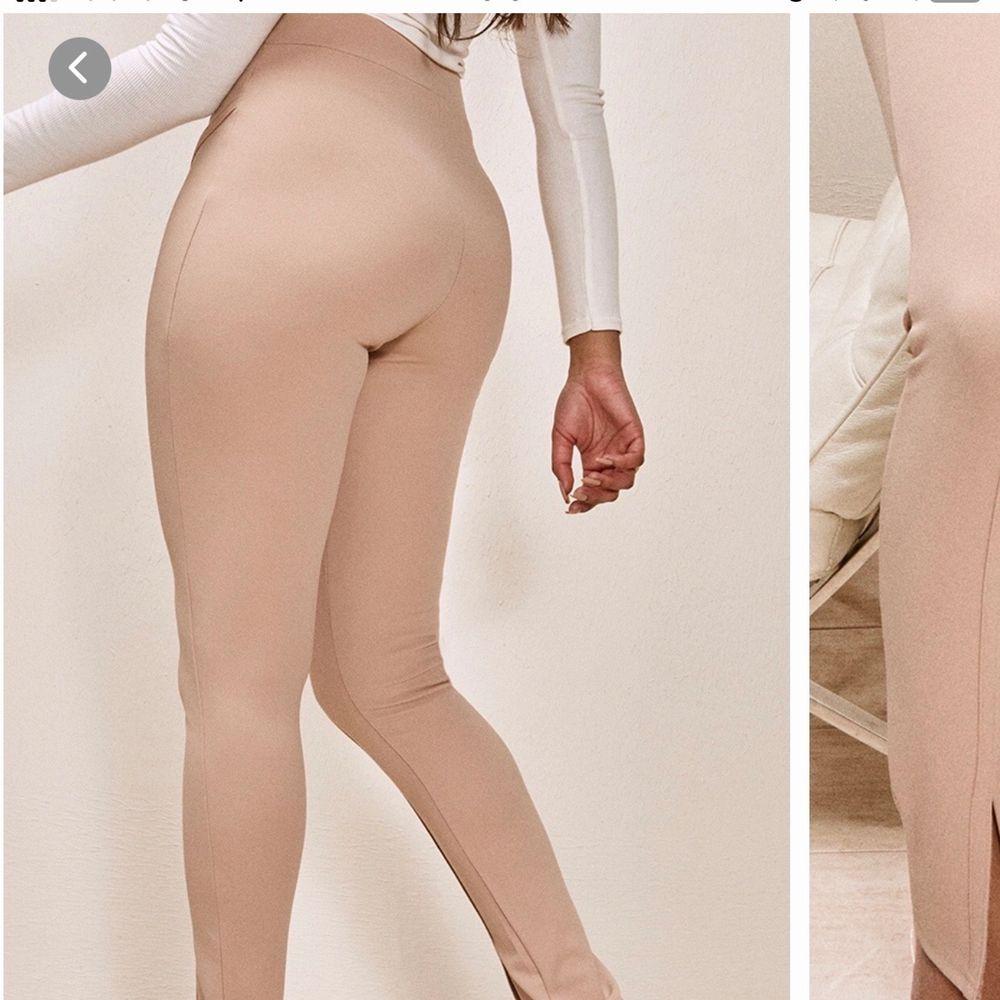 byxor i beige från plt, aldrig använd då den var lite för stor i midjan. tunnare material. storlek UK 4 / EU 32 men skulle säga mer 36. Jeans & Byxor.