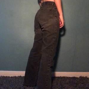 Supersnygga raka byxor i svart grå färg. Passar bra på mig som är 162cm och har 25 i midjan. Pris går att diskutera. Skriv för intresse och mer bilder 👌