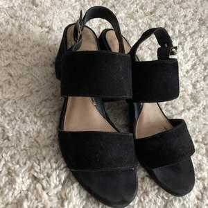 Svarta sandaletter, använt dom en sommar så det är märken på insidan/sulan men inget som syns när man har dom på sig. Kan passa både stl 37 & 38. Ni står för frakt ca66kr. Ord pris på skorna är 799, mitt pris 99. Först till kvarn😍❤️