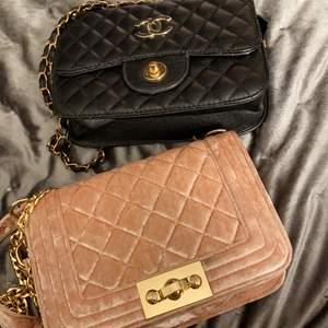 Chanel väskan är såld men den rosa från Gina finna kvar hör av dig för fler bilder