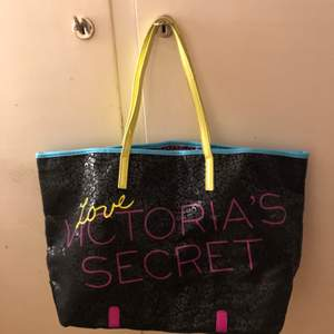 A vintage viktoria secret bag, it's in good shape and has no flaws, I have never used it but it's no brand new but in good condition, it has no pockets in side of it. It's good for traveling and shopping