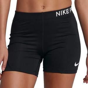 Korta tights / shorts från Nike! Ser nästan ut som på första bilden bara att nike-loggan är annorlunda och dessa är kanske något kortare. Storlek S men små. 😄