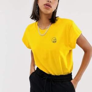 Gul cheap monday t-shirt från deras sista kollektion. Storlek S