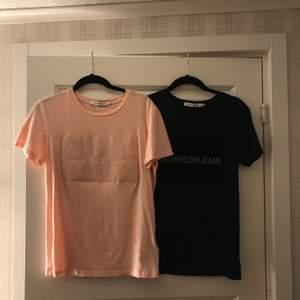 Två snygga t-shirts från Calvin Klein. Ena i rosa och den andra i svart. Köpare står för frakt💗 (kan även mötas upp)