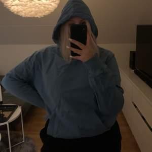 En jättefin blå hoodie från volt! Storlek L, knappast använd däremot har en liten fläck på fickan, skickar mer bild om de önskas💕 nypris 800kr