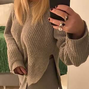 En så fin stickad Dagmar tröja i storlek S (stor på mig som brukar ha s-m). Slits i sidan. Bra skick. Köpt för runt 2000 kr för nått år sedan. 🖤