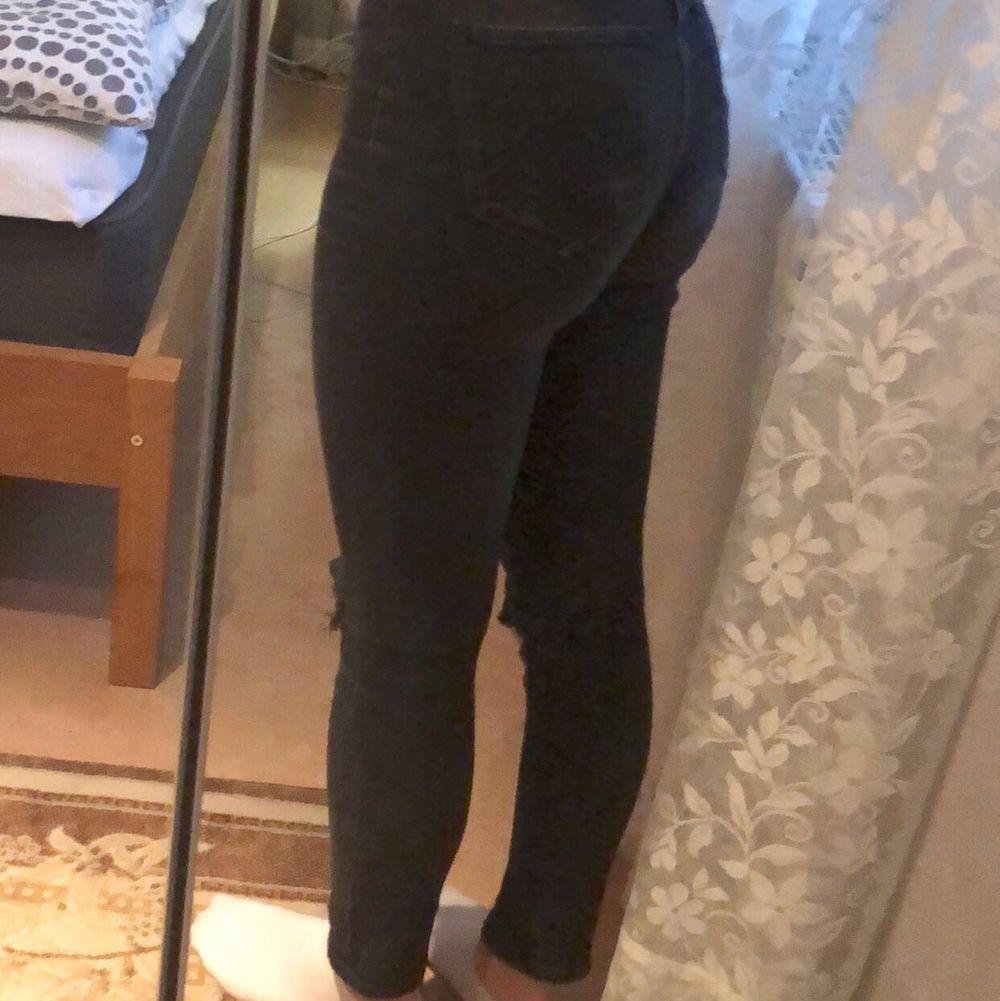 Svarta skinny jeans från h&m som inte har någon slags användning längre💕Klippte hålen . Jeans & Byxor.