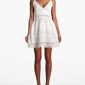 Endast provad klänning från By Malina i storlek M, för 400:- 💘 nypris 1699! Frakt tillkommer