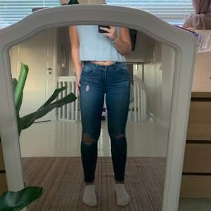 Tidigare favorit jeans, sitter så fint på kroppen och framhäver allt. Jättestretshiga! Har tyvärr en skada som man kan se på bild 3. Dock användt den efter å de är inga problem🥰