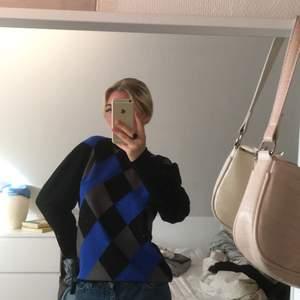 Riktig Dolce Gabbana trendig stickad tröja. Väldigt bra skick, knappt använd. Storlek M, sitter lite oversized på mig som har S