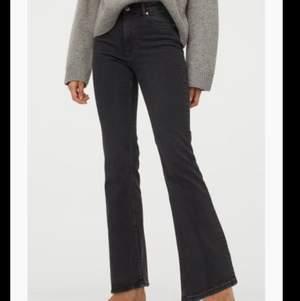 Säljer dessa snygga bootcut jeans. De är långa, stretchiga och bara allmänt sköna. De är storlek 38 så säljer pga att de är lite stora och aldrig kommit till användning. Helt nya, aldrig använt, fick hem de förra veckan.