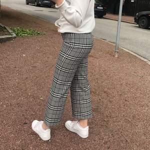 Rutiga byxor från Zara Women i storlek 34. Knappt använda! Super snygga byxor och sitter som en smäck, tyvärr lite korta på mig!