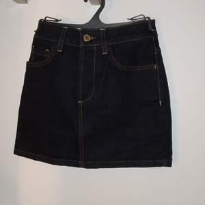 Mörkblå jeans kjol från Topshop.