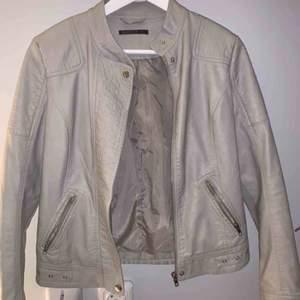 Snygg ljusgrå/beige skinnjacka från mirelle, nypris 500kr. Säljer den pga att den har blivit för liten. Sparsamt använd. Köparen står för frakten!