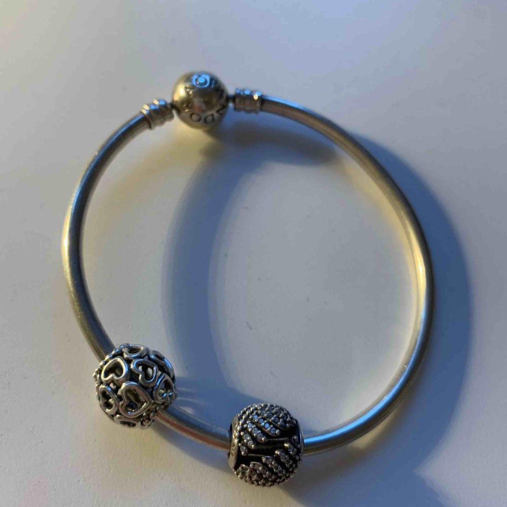 Fin armband från märket Pandora. Fint skick och kommer med två fina berlocker. Pris& annat kan diskuteras! 🥰 . Accessoarer.