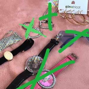 Olika gulliga smycken!  Skriv pm om vad du är intresserad av 💗 Klockorna behöver nya batteri.  (klockorna, hello Kitty sakerna, glasögon SÅLDA)