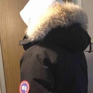 Canada Goose Chateau Parka Storlek: S Färg: Svart  Använd 1 vinter (ser ut som ny) EJ äkta men PÄLSEN ÄR ÄKTA 100%!!! (Köptes separat)