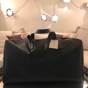 En äkta Marlene Birger resväska . Aldrig använd . Prislapp och dustbag finns . Kvitto fins ej .