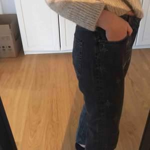 Jeans med lite glitter detaljer, använt några få gånger. Mycket fint skick! 💕