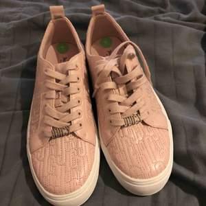 Oanvända skor från juicy couture