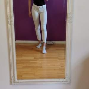 Vita tajta Vila jeans. Otroligt sköna tyvärr inte använda så mycket så de är i gott skick.