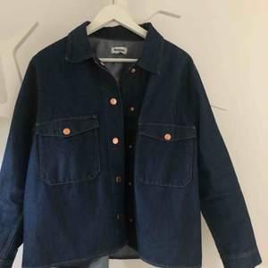 Svin snygg jeansjacka från weekday!  Endast använd ett få antal gånger, är som ny.  Köparen står för frakten