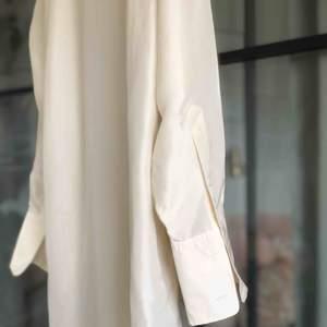 Skjorta i 100% siden från ARKET Med superfint fall. Använd en gång, Storlek S. Nypris 1250kr. Köparen står för ev frakt (30kr inom Sverige).