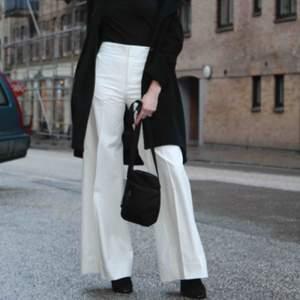 supersnygga och trendiga byxor från Filippa K. höga i midjan och långa byxben. har även pressveck på byxbenen och fickor fram. nästan aldrig använda, ordinarie pris:2000kr