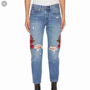 Snygga jeans från Levis. Jag är 172 cm lång och märkte att det här med croppade jeans inte passade mig. De är endast använda 3 gånger!! Nytt pris: 1100 kr