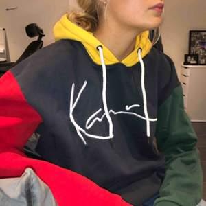 Hög kvalitativ (tjock) hoodie från karl kani med snygg oversize fit. Köpt på footlocker för 800kr men säljer nu för ett gymt pris till en färgfantast ;))