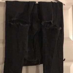Jätte snygga svarta jeans med snygga hål på knäna, tyvär ett litet hål där man sätter bältet💖