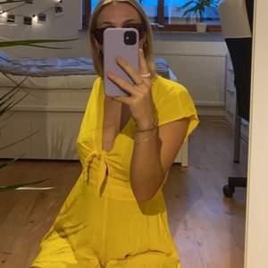 En gul jumpsuit perfekt för sommaren. Använd fåtal gånger och säljer pga att den inte kommer till användning längre. Knäppning i ryggen med en liten knapp och knuten framtill går att knyta upp och justera. Budgivning vid många intresserade & köparen står för frakten 💕