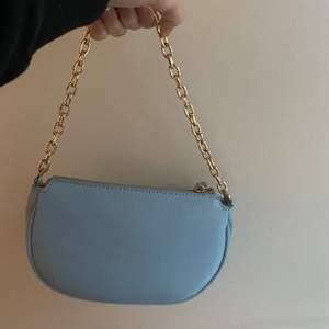 säljer min jättefina blåa väska från mango då den inte har kommit till andvändning. köpt i sommras men helt oanvänd. 🤍