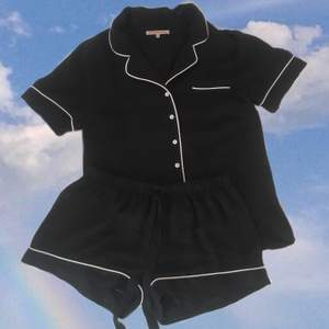 Jättefin skjort-pyjamas som liknar Chanel. I storlek XS från Anna Field. Saknar en knapp. (Köpare står för frakten, 44kr📦) BETALNING SKER VIA SWISH