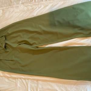 Skitsnygga mörkgröna kostymbyxor