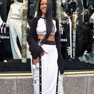 Buda! Tear away track pants från Rihannas egna FENTY kollektion (slutsåld). Oversized strl. Helt nytt skick, köparen står för frakten🤍