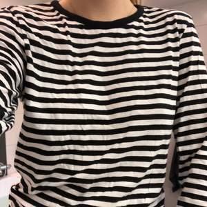 Randig tröja från Monki storlek S. Använd endast ett fåtal gånger. Säljer för 20 kr plus frakt, alltså 83 kr men priset kan diskuteras. Fler bilder kan skickas vid intresse.