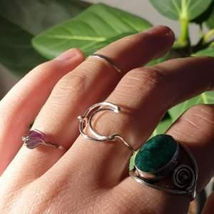 silvrig mån-ring som jag har gjort själv. gjord av 1,0mm tarnish-resistant wire (silverpläterad koppartråd). har några i lager. tillkommer frakt på 12kr (skickas som brev)<3 den gröna ringen är köpt på Indiska och är inte till salu