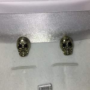 Dödskalle örhängen jag köpt men som inte längre används. Frakt ingår i priset