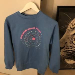 Jättegullig och cool blå sweatshirt med crewneck och space mönster i rosa (collegetröja) från Daisy Street. Endast använd tre gånger, nypris 300. Hör av dig om du har några frågor eller vill ha fler bilder!☺️💕