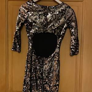 Har du inte hittat din nyårs outfit än? Då har du kommit rätt. Vad mer ska jag säga? Klänning med Silverpaljetter och öppen rygg. Så fin! Säljer en likadan i grön.