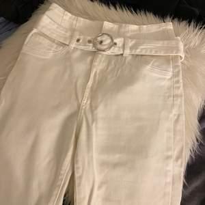 Jeans från Bershka. Vit färg, aldrig använda förut. Mycket bra skick! Storlek 34